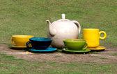 Sculpture cup of tea on green grass — ストック写真