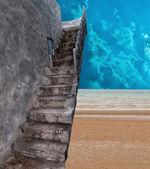 Escalera de piedra en la playa de arena — Foto de Stock