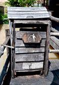 Odpadkový koš ručně vyráběné ze dřeva — Stock fotografie