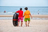 Mother took her daughter to play rubber-ring on the beach — Stock Photo