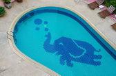 Coloré d'un éléphant en céramique sur piscine — Photo