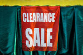 Market Sign Pointing the Way to Clearance sale — Stock Photo