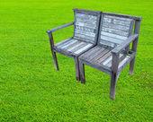 Staré dřevěné lavice na trávníku — Stock fotografie