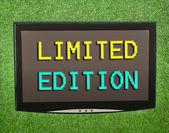 Tela de lcd na grama verde artificial de edição limitada — Fotografia Stock