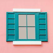 Alte fenster auf rosa wand-hintergrund — Stockfoto