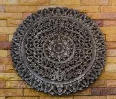 Ornamento de madeira escultura antiga de estilo tailandês de padrão de flor — Fotografia Stock