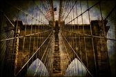 ブルックリン橋の上を飛んでアメリカ国旗 — ストック写真