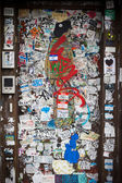 Grungy graffiti coperto porta new york city — Foto Stock