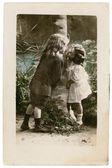Crianças jovens postal vintage no amor — Fotografia Stock