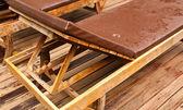 Cadeira de sol ao lado da piscina. — Foto Stock