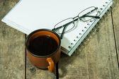 Taza de café con el cuaderno — Foto de Stock