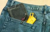 蓝色牛仔裤后面的口袋里 — 图库照片