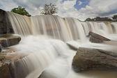 Vattenfall och blå himmel — Stockfoto