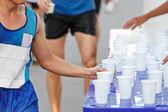 Corredor de maratón captura de taza de agua — Foto de Stock