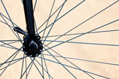 Bicicleta velha e parede rachada — Foto Stock