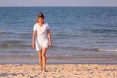 Kumsalda yürüyen asyalı kadın — Stok fotoğraf
