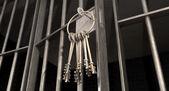 Vězeňské cely s otevřenými dveřmi a svazek klíčů — Stock fotografie