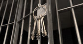 与打开的门和串钥匙蹲牢房 — 图库照片