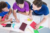 Estudiantes discutir información nueva en aula — Foto de Stock