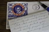 World War II Letter, envelope and fountain pen on oak desk. — Стоковое фото