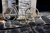 Antiga bicicleta enferrujada, cadaques, espanha — Foto Stock