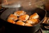 Freír el pollo caliente con humo — Foto de Stock