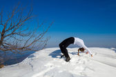 Winter yoga session in beautiful mountain place — Stockfoto