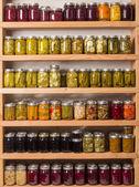 Estantes de productos enlatados — Foto de Stock