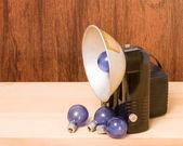Vintage camera and flash bulbs — Stock Photo