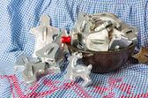 Cuenco lleno de cortadores de galleta vintage — Foto de Stock