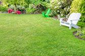 Upravené zahradní scéna s lavičkami — Stock fotografie