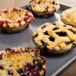 Baking homemade fresh fruit pies — Stockfoto