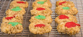 Thumbprint cookies fresh the oven on cooling rack — Stock Photo