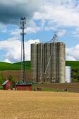 Graan silo met een mobiele telefoon toren — Stockfoto