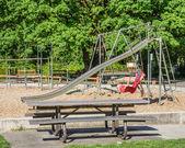Bir parkta zemin oyun ekipmanları — Stok fotoğraf