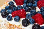 Fresh berry tart with cream and sugar — Stock Photo
