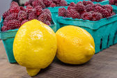 Tayberries and lemons for cooking — Stock Photo
