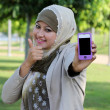 Young muslim woman in head scarf shown phone, thumb up and text — Stock Photo