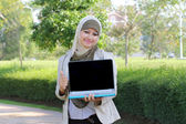 Young muslim woman in head scarf shown laptop and thumb up — Stock Photo