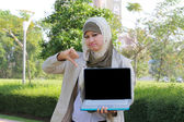 Young asian muslim female student shown not good with computers — Stock Photo