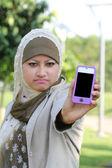 Joven chica musulmana asiática enojada con el espacio de texto handphone — Foto de Stock