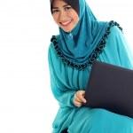 portret pięknej młodej kobiety Muzułmańskie działa na laptopie — Zdjęcie stockowe