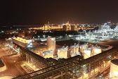 éclairage de l'usine pétrochimique dans la nuit — Photo