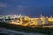Nattbild av kemisk fabrik — Stockfoto