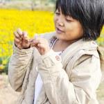 Children to happy in yellow flower garden — Stock Photo #21919409