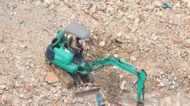 Excavatrice travaillait sur la pierre — Vidéo