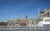 Petróleo e indústria química, com céu azul — Fotografia Stock