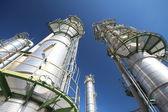 Torre di raffineria con cielo blu — Foto Stock