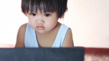 Bebé con la computadora — Vídeo de Stock