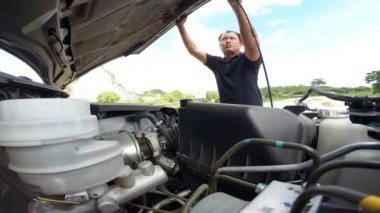 Man to check car engine before driving — Vídeo stock